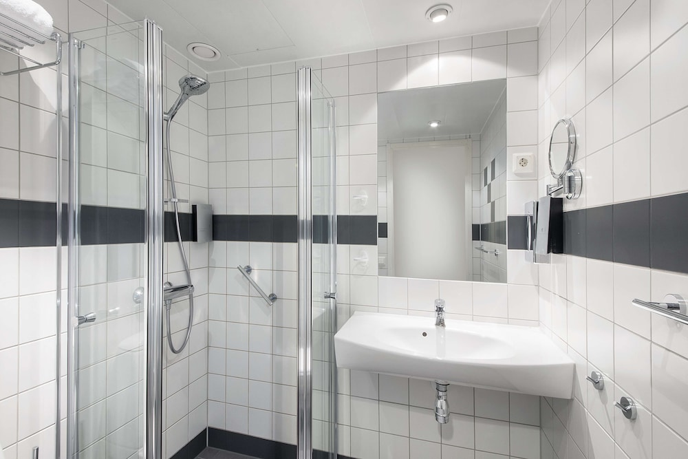 Bathroom, Park Inn by Radisson Oslo Airport Hotel West