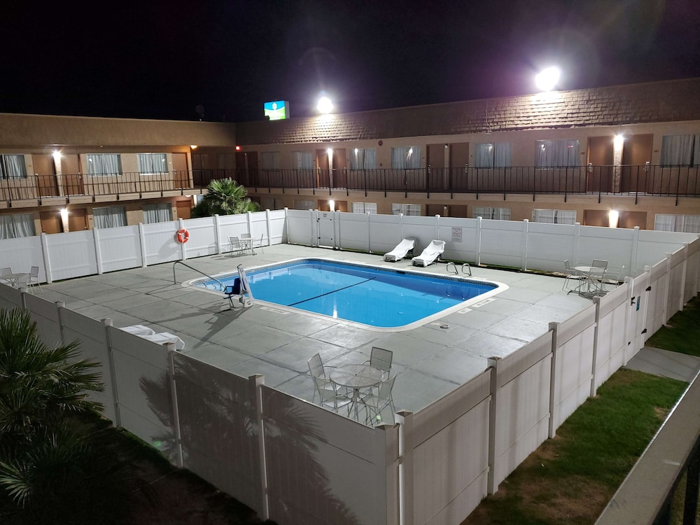 Outdoor Pool, SureStay Hotel by Best Western Buttonwillow