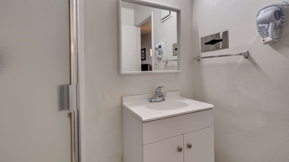 Bathroom, SureStay Hotel by Best Western Buttonwillow