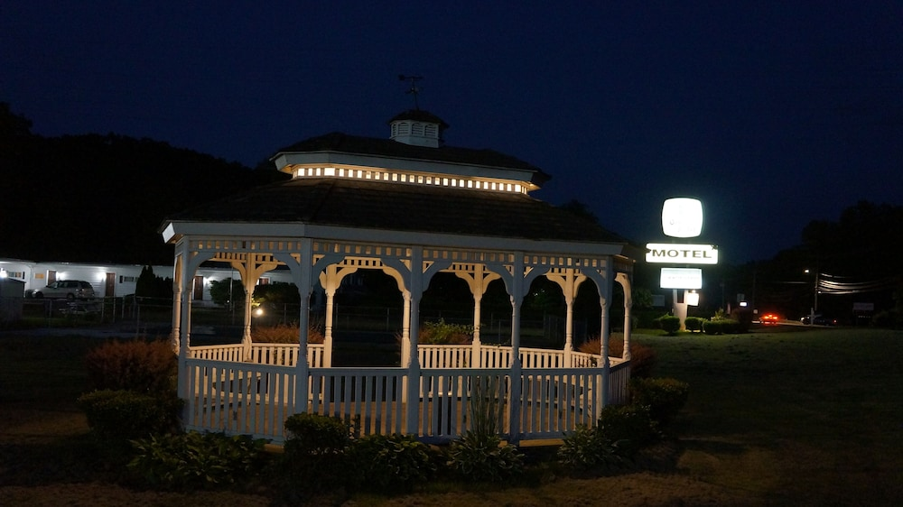 Front of Property - Evening/Night, Oakdell Motel