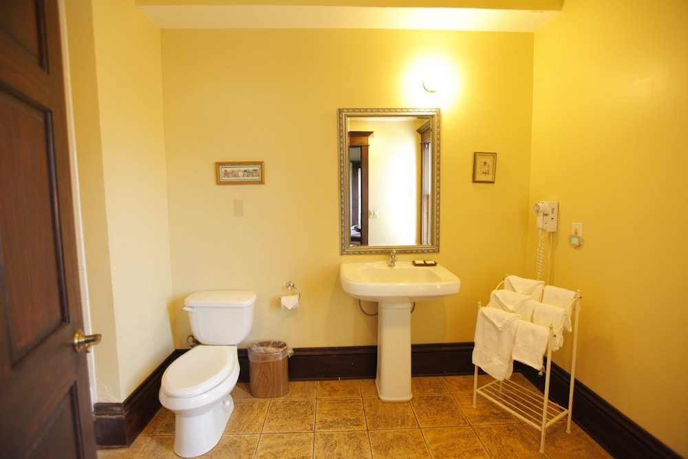 Bathroom, Santa Paula Inn