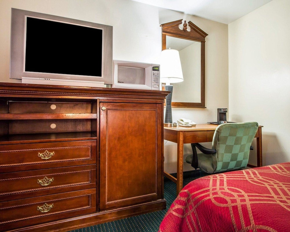 Room, Rodeway Inn & Suites Brunswick near Hwy 1