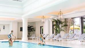 Een binnenzwembad, een buitenzwembad, zwembadcabana's (toeslag)