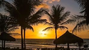 Plage, sable blanc, serviettes de plage, massages sur la plage
