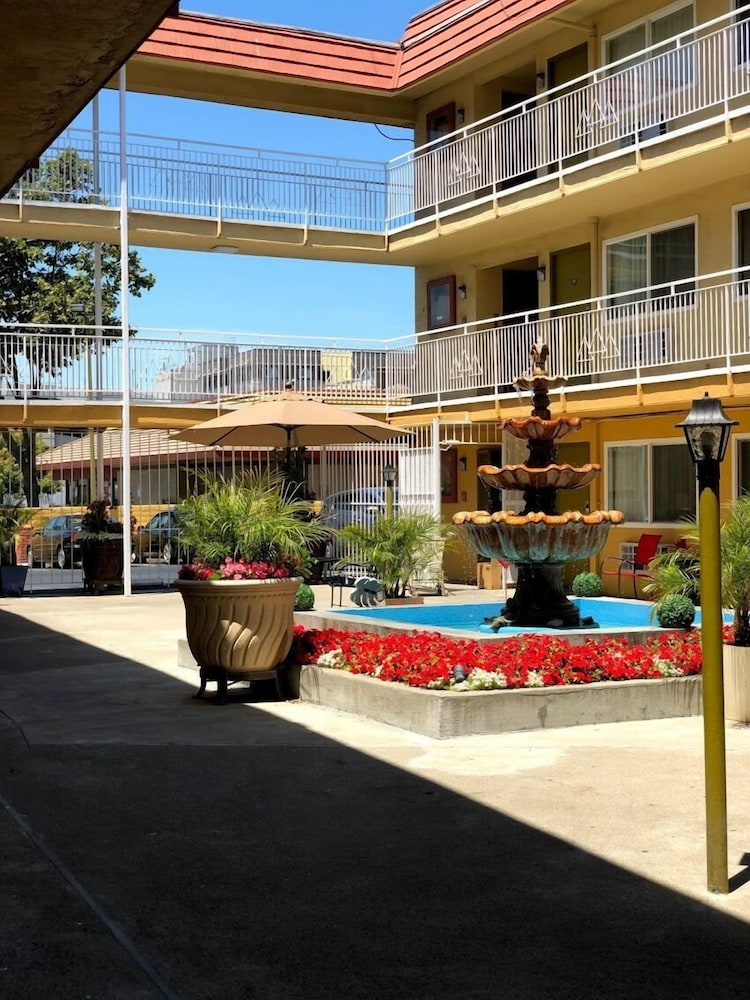 Courtyard, Imperial Inn