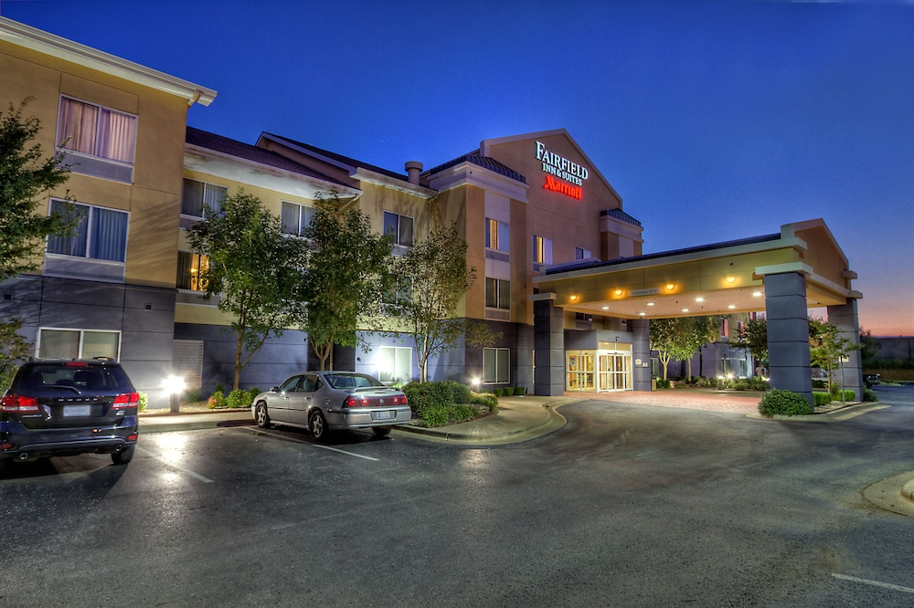 Front of Property - Evening/Night, Fairfield Inn & Suites by Marriott Edmond
