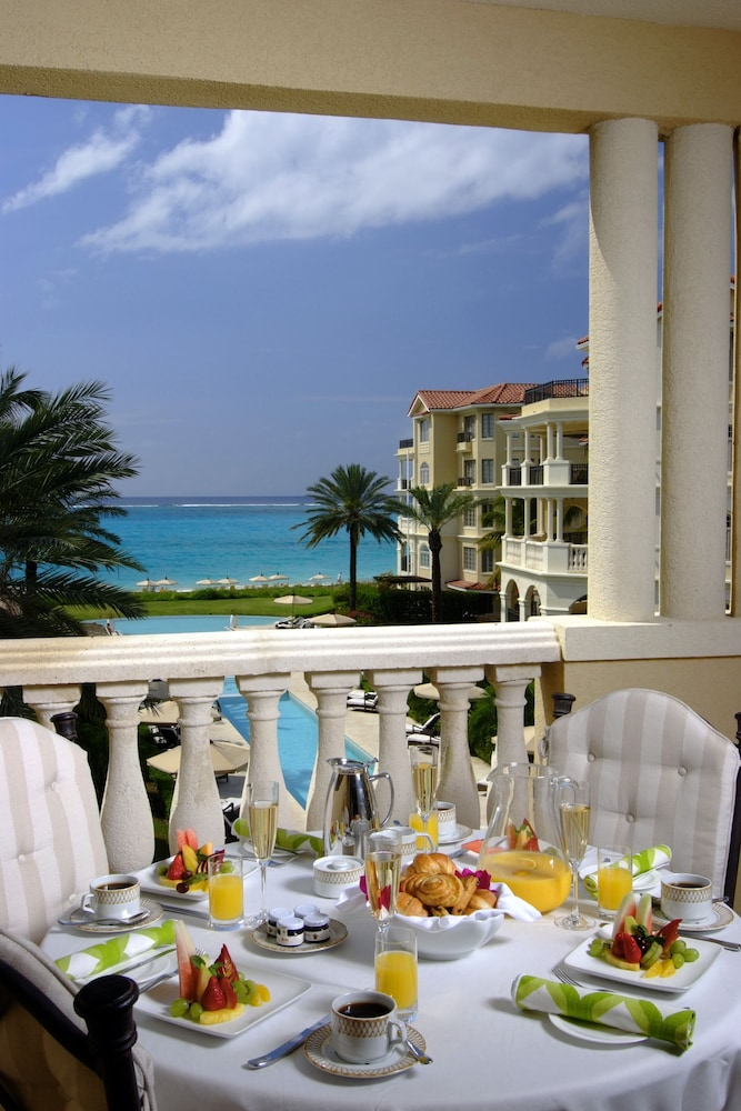 Outdoor Dining, The Somerset on Grace Bay