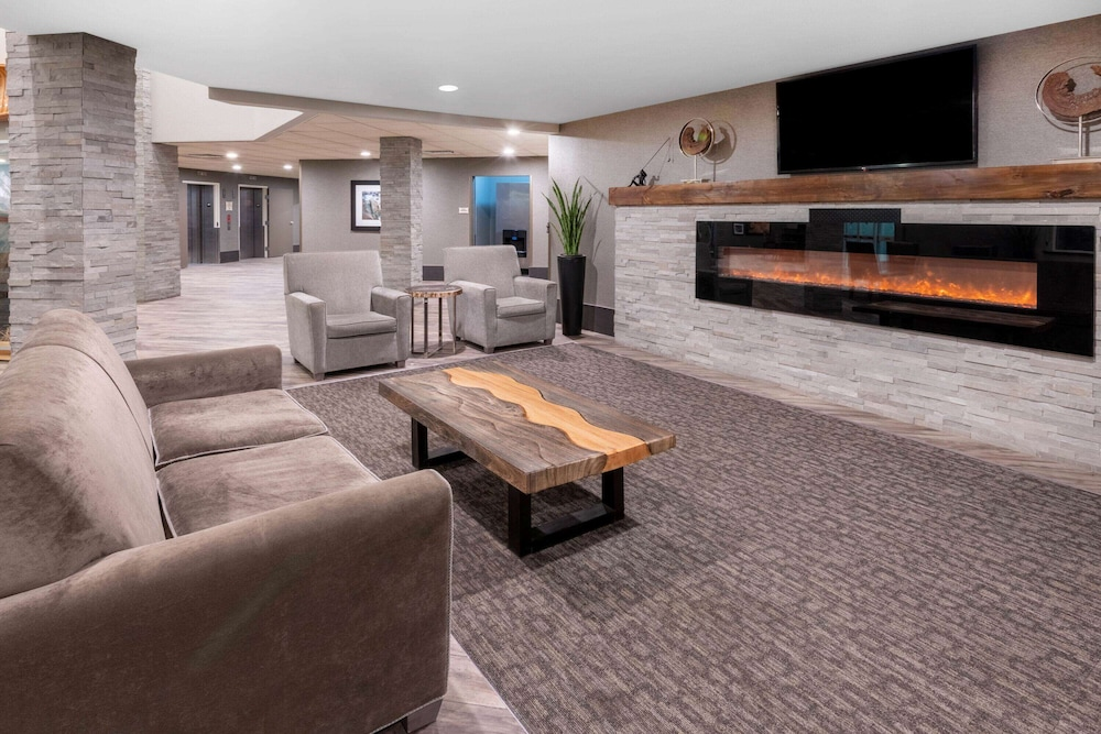 Lobby, La Quinta Inn & Suites by Wyndham Fairbanks Airport