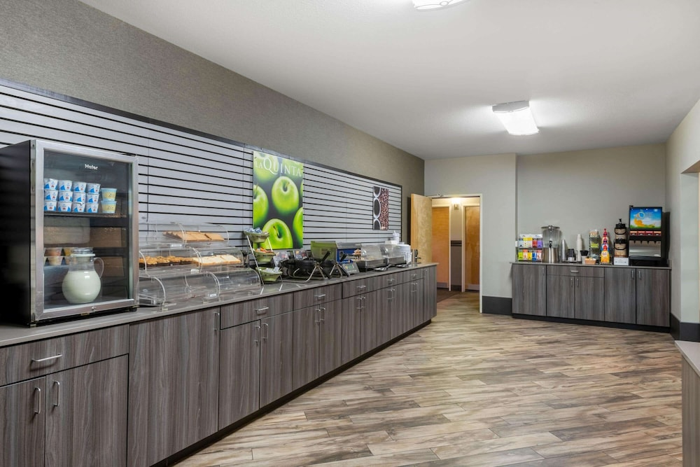 Breakfast Area, La Quinta Inn & Suites by Wyndham Fairbanks Airport