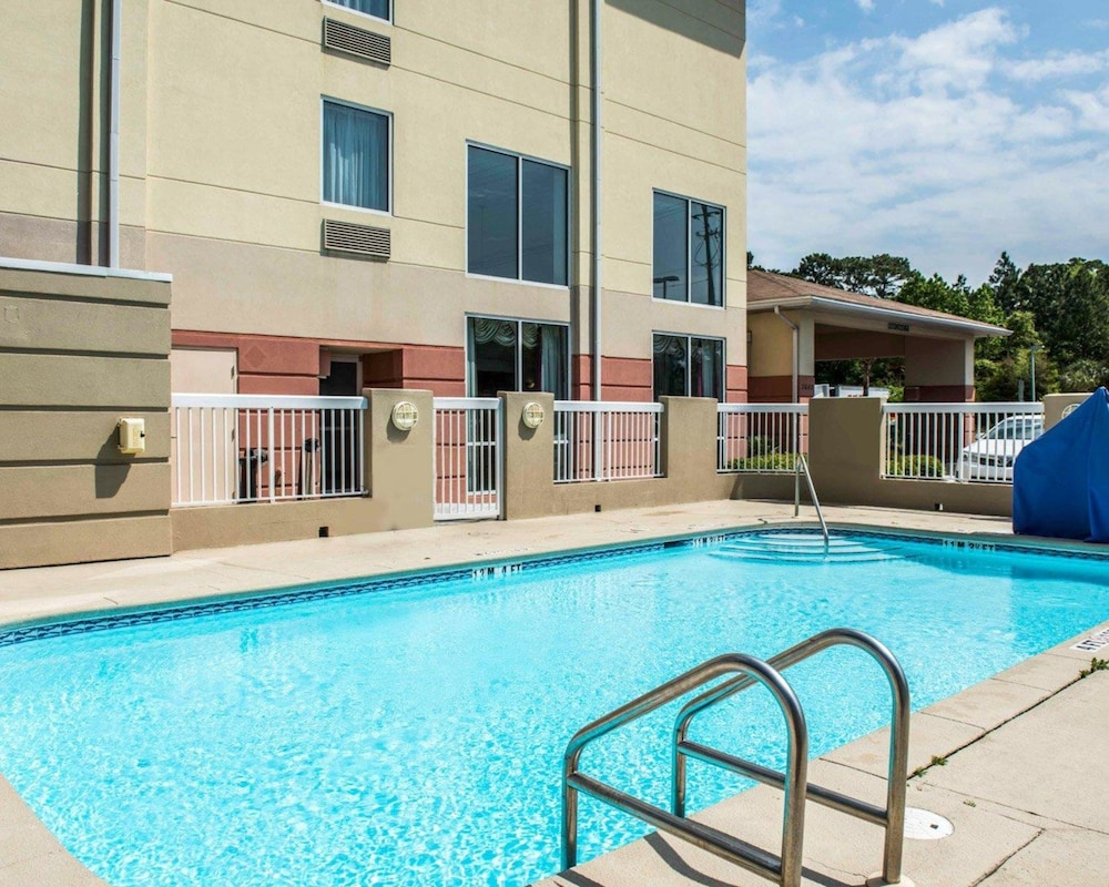 Pool, Comfort Inn & Suites