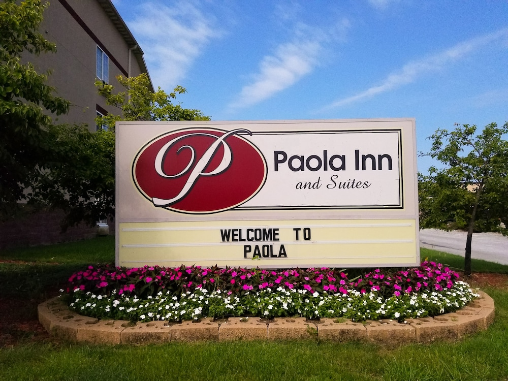 Property Entrance, Paola Inn And Suites