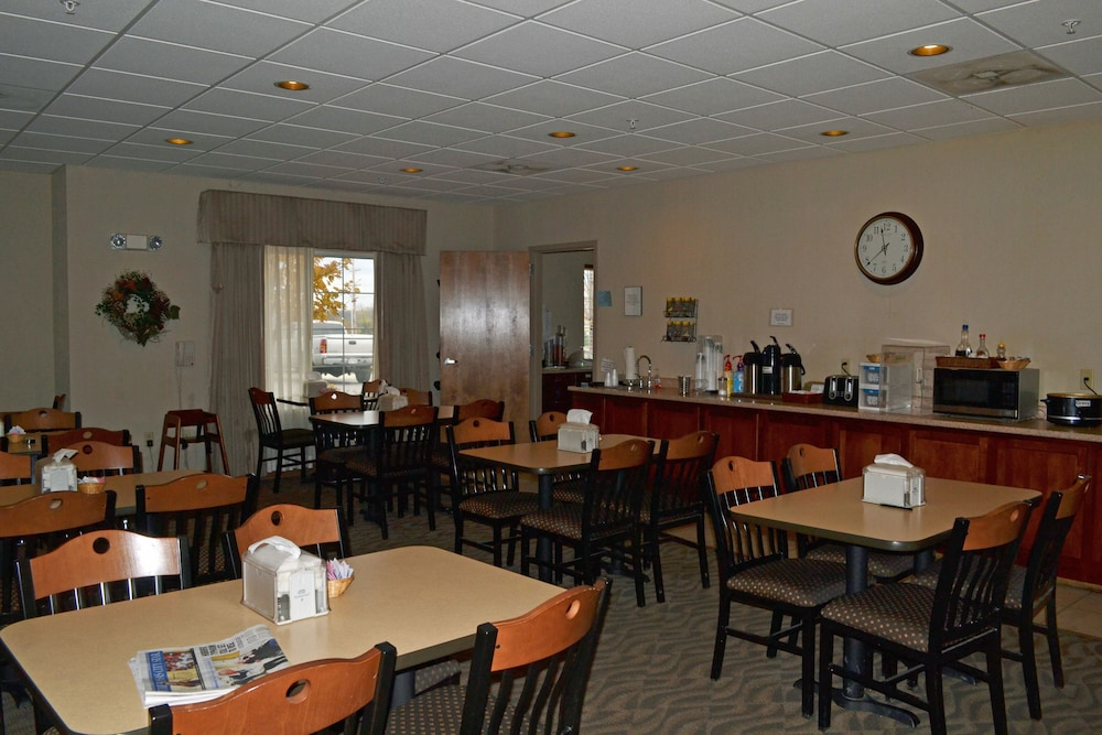 Breakfast Area, Paola Inn And Suites