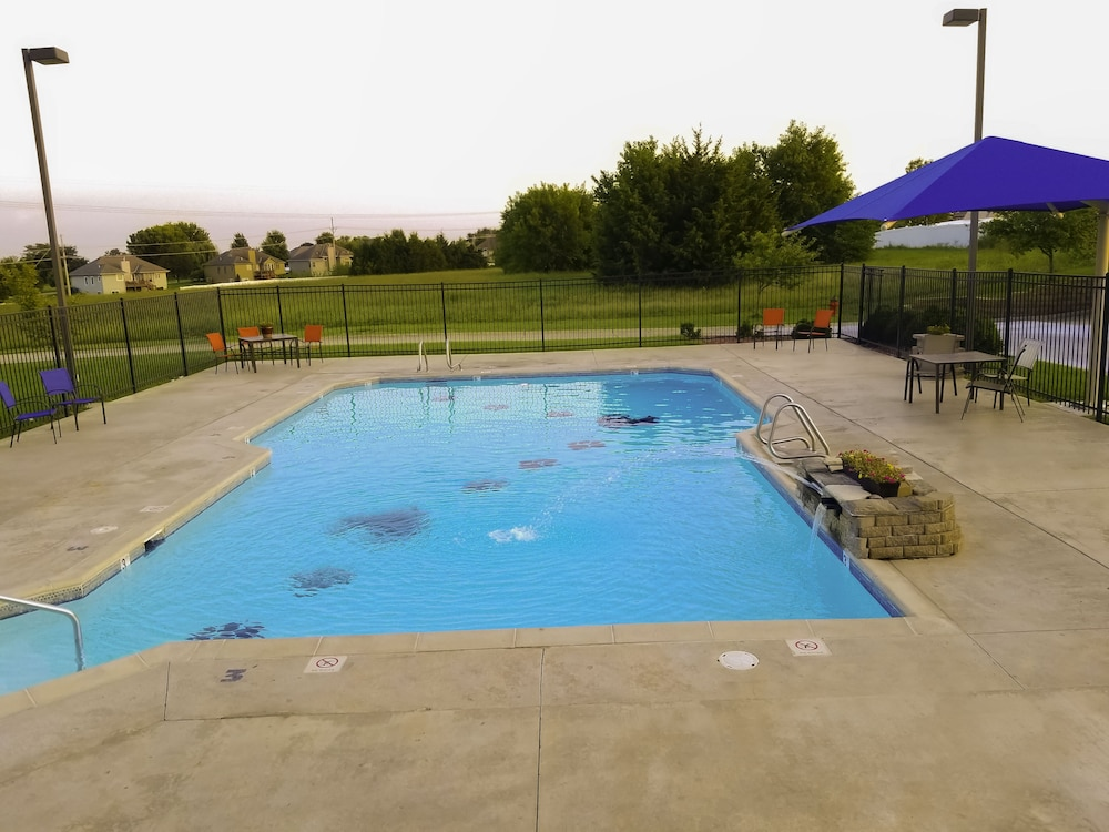 Pool, Paola Inn And Suites