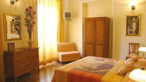 Een kluis op de kamer, individueel gedecoreerd, een bureau