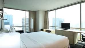 5 bedrooms, in-room safe, desk, laptop workspace