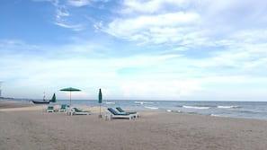 ใกล้ชายหาด, ทรายสีขาว, เก้าอี้อาบแดด, ร่มชายหาด