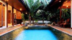 3 個室外泳池;10:00 至 19:00 開放;泳池傘、躺椅