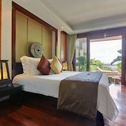 Deluxe Courtyard Suite - Located 1/3 up the hill from the public road, partial sea view - Jetted Tub