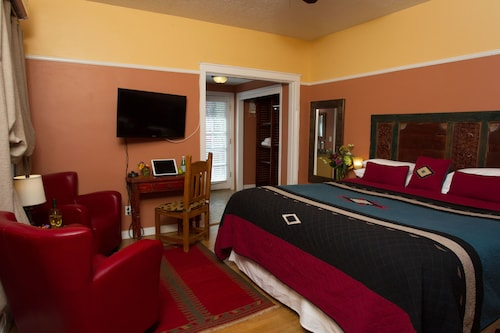 Check Expedia for Availability of Inn on the Paseo