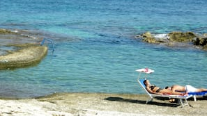 Chaises longues, parasols, planche à voile, voile