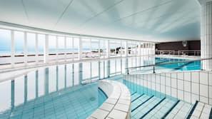 Piscine couverte, chaises longues, maîtres-nageurs sur place