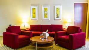 Premium-sengetøj, pengeskab, skrivebord, kontorområde til laptop