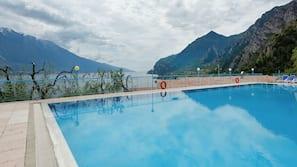 Piscina coperta, piscina stagionale all'aperto, lettini