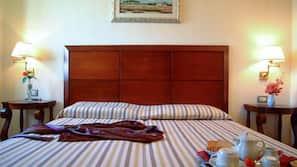 Copriletto in piuma, minibar, una cassaforte in camera, una scrivania