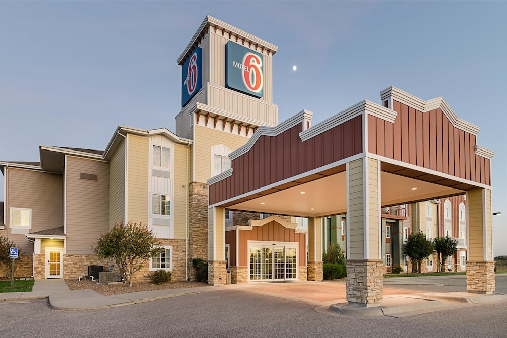 Front of Property, Motel 6 Valley Center, KS