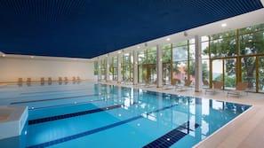 Piscina coperta, piscina all'aperto, lettini