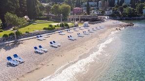 Sulla spiaggia, sabbia bianca, un bar sulla spiaggia
