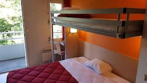 書桌、窗簾、免費嬰兒床、免費 Wi-Fi