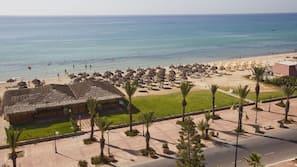 Privat strand, solstolar, parasoller och strandhanddukar