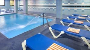Een binnenzwembad, 3 buitenzwembaden en ligstoelen
