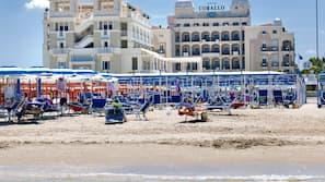 Una spiaggia nelle vicinanze, cabine (a pagamento), teli da spiaggia