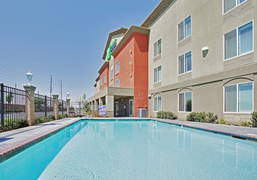 Pool, Holiday Inn Express and Suites Modesto, an IHG Hotel