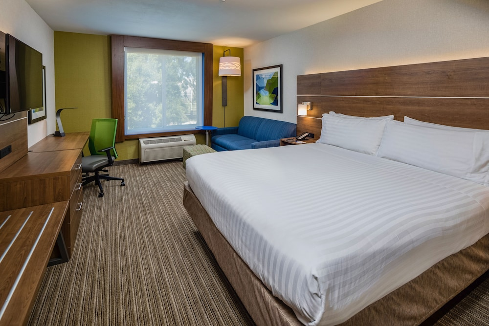 Room, Holiday Inn Express and Suites Modesto, an IHG Hotel