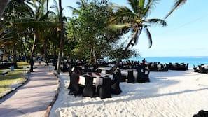 Am Strand, weißer Sandstrand, Sporttauchen, Schnorcheln