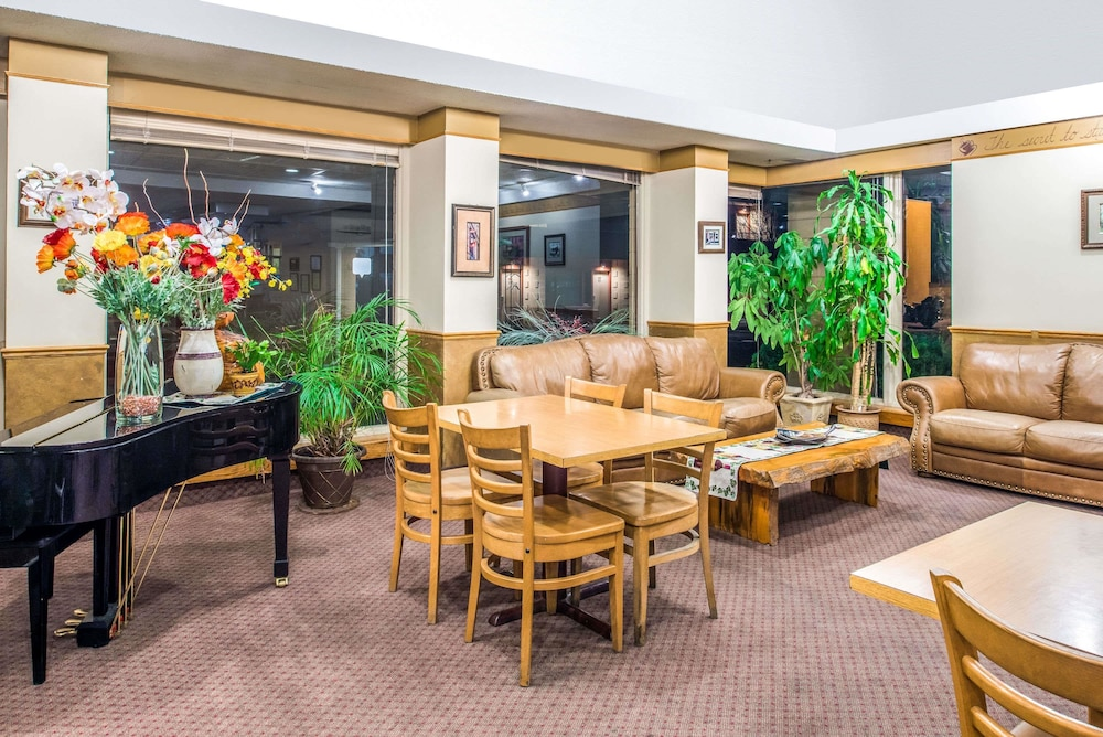 Book travelodge by wyndham kalispell kalispell hotel deals featured image lobby guestroom colourmoves