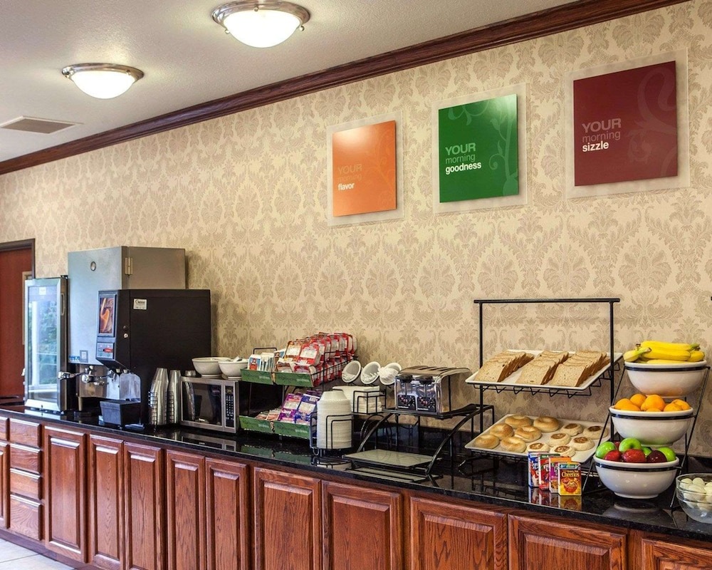 Breakfast Area, Comfort Inn & Suites Davenport - Quad Cities