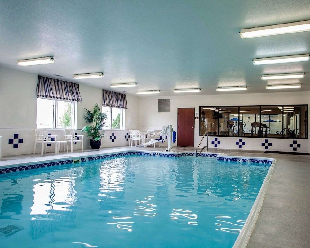 Pool, Comfort Inn & Suites Davenport - Quad Cities