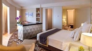 高档床上用品、迷你吧、客房内保险箱、办公桌