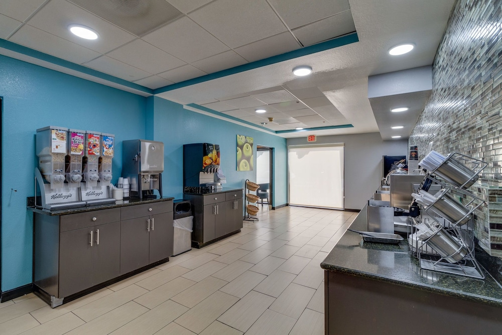 Breakfast buffet, La Quinta Inn & Suites by Wyndham Sevierville / Kodak