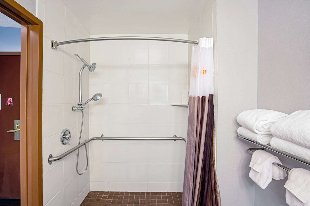 Bathroom Shower, La Quinta Inn & Suites by Wyndham Sevierville / Kodak