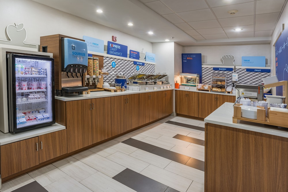 Breakfast Area, Holiday Inn Express Hotel & Suites Swansea