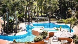 Piscine couverte, 5 piscines extérieures, parasols de plage