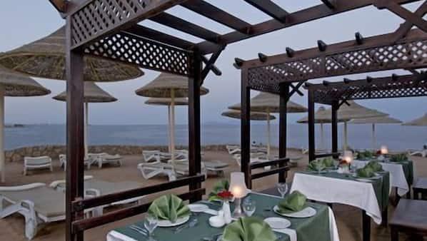 5 restaurants, breakfast, lunch and dinner served, international cuisine
