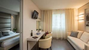 Minibar, Zimmersafe, individuell eingerichtet, Schreibtisch