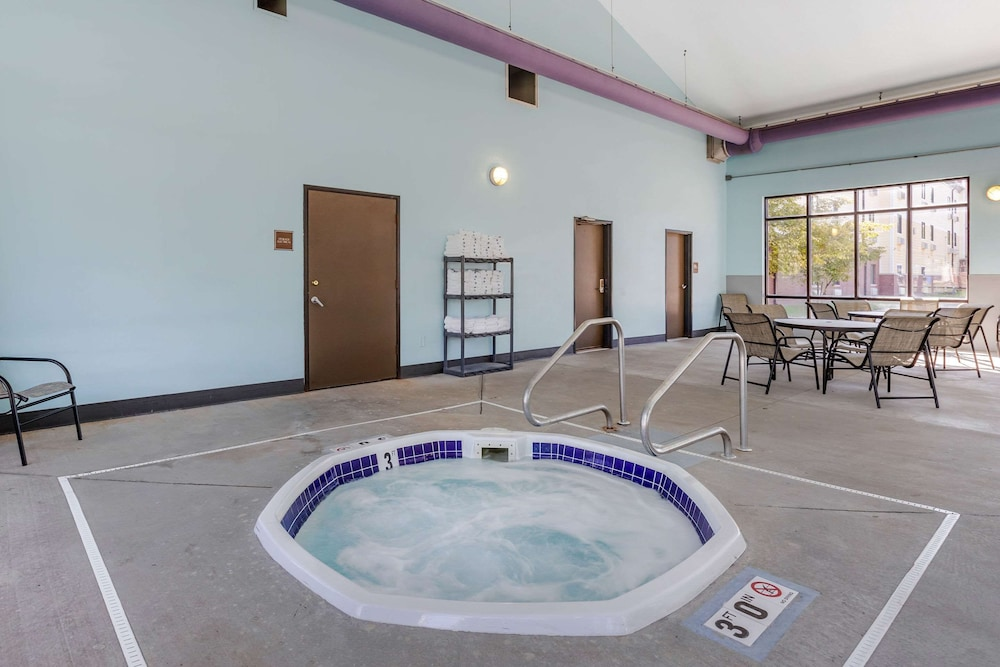 Pool, Econo Lodge Inn & Suites Fairgrounds