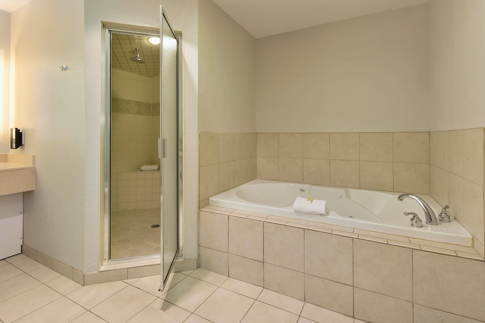 Bathroom, Holiday Inn Express & Suites Petoskey